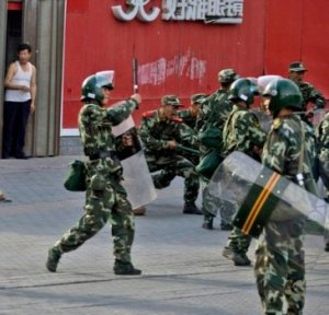 China_Chinese_Riot_Police_Workers_Revolt_Proteste_lavoratori_2